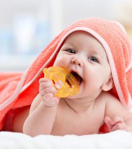 Beba jede igračku